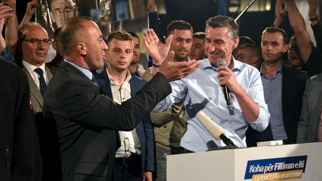Ramush Haradinaj (links) mit Kadri Veseli an einer Wahlfeier in Pristina, 11.6.2017.