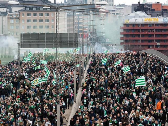Hammarby-Fans laufen gemeinsam zum Stadion.