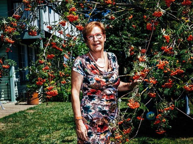 Elsbeth Mathis im Garten.