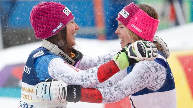 Wendy Holdener und Michelle Gisin können ihr Glück kaum fassen.