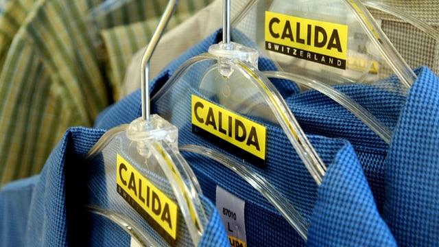 Eine Kleiderstange mit Calida-Kleiderbügeln.