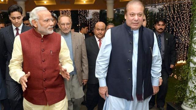 Der indische Premier Narendra Modi neben Ministerpräsident Nawaz Sharif aus Pakistan auf dem Flughafen von Lahore