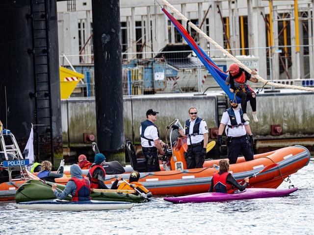 Aktivisten und Polizeibeamte in Schlauchbooten