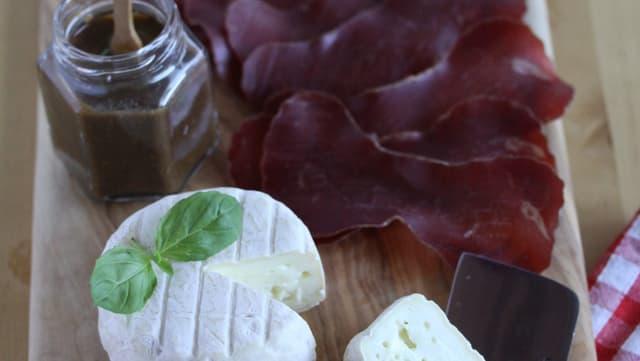 Vorspeise: Bündnerfleisch mit mariniertem Langwieser Schafskäse