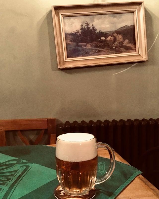 Ein Bier steht auf einem Tisch