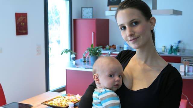 Sandra Moser und der vier Monate alte Neo im Portrait.