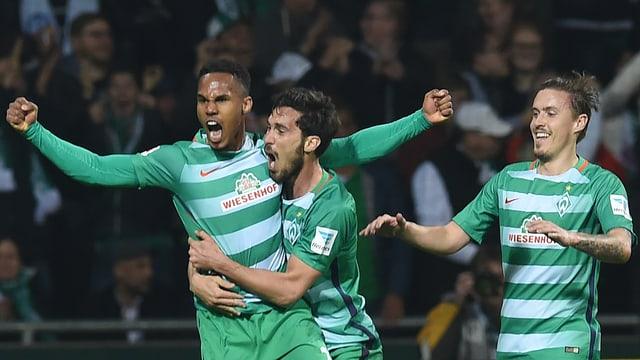 Drei Spieler von Werder Bremen jubeln.