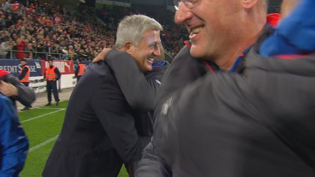 Petkovic umarmt seine Assistenten.
