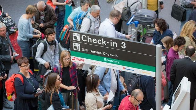 Passagiere stehen an Chekc-In an