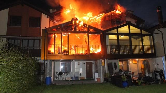 Reihenhaus in Flammen