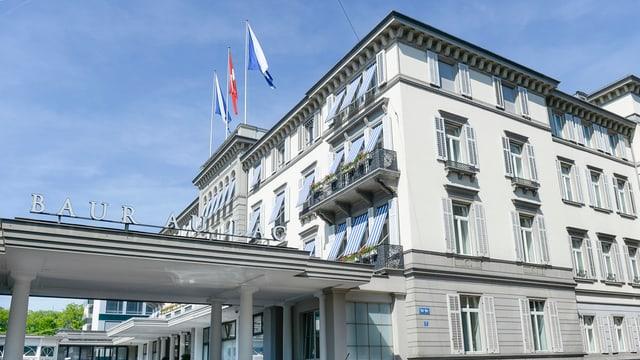Die Fassade eines Hotels, daran sind Leuchtbuchstaben angemacht mit dem Schriftzug «Baur au Lac».