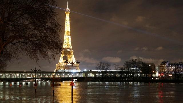 Tour Eiffel ed aut livel d'aua gronda.