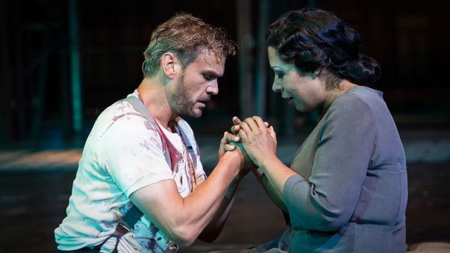 Peter Bernhard steht zusammen mit Mary Elizabeth Williams auf der Bühne.