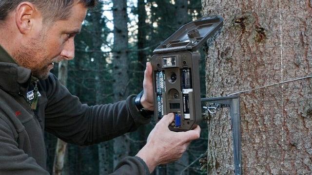 Wildhüter installiert Fotofalle