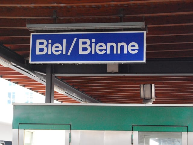 Biel/Bienne-Tafel im Bahnhof.