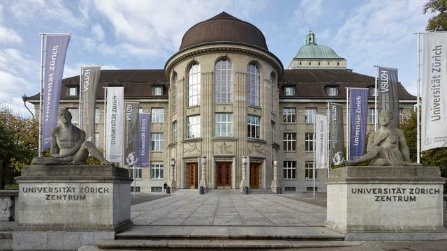 Blick auf das Gebäude der Universität Zürich mit dem Haupteingang.
