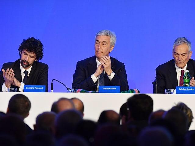 Damiano Tommasi, Cosimo Sibilia und Gabriele Gravina sitzen auf dem Podium.