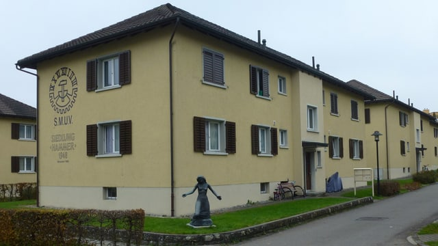 Senfgelbe Häuserreihe