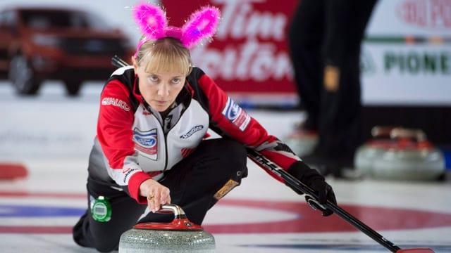 Die Kanadierin Amy Nixon trägt ein Hasen-Diadem.