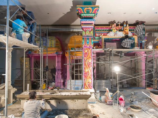 Bauarbeiten im Innenraum des Berner Hindutempels.