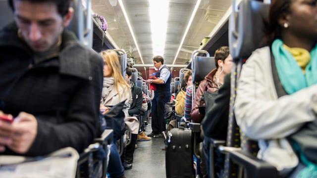 Blick in den Mittelgang eines Zugswaggons der SBB.