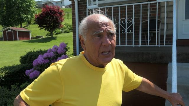 Älterer Herr auf Veranda