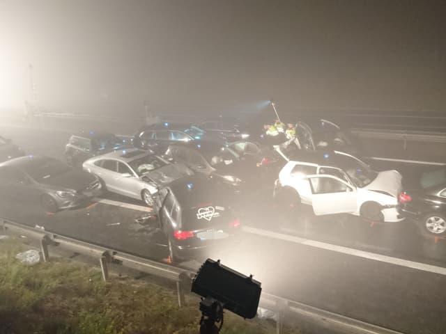 Die zwölf in den Unfall involvierten Autos stehen kreuz und quer auf der Fahrbahn.