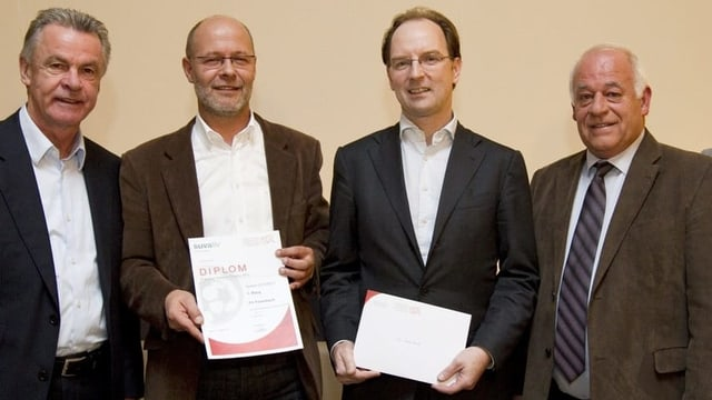 Vier Fussball-Funktionäre bei der Übergabe der Schweizer Fairplay Trophy 2011.