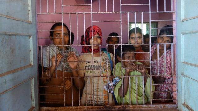 Von ihren Familien verjagte Frauen schauen aus dem Fenster ihres Schlafsaals im Asyl Mission Ashra.