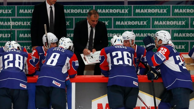 Coach Matjaz Kopitar erklärt seinen Spielern die Taktik.