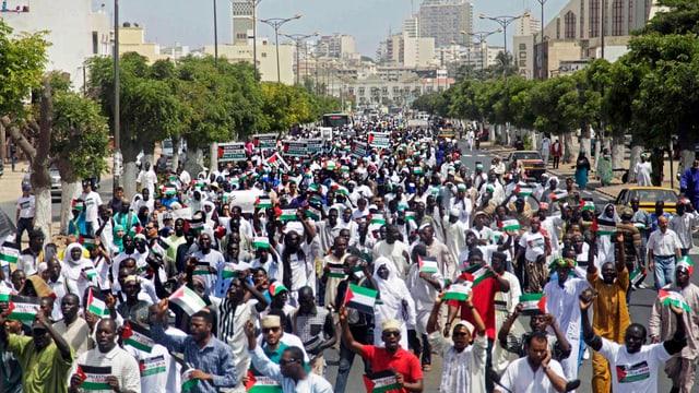 Tausende Menschen demonstrieren in der senegalesischen Hauptstadt Dakar ihre Solidarität mit den Palästinensern.