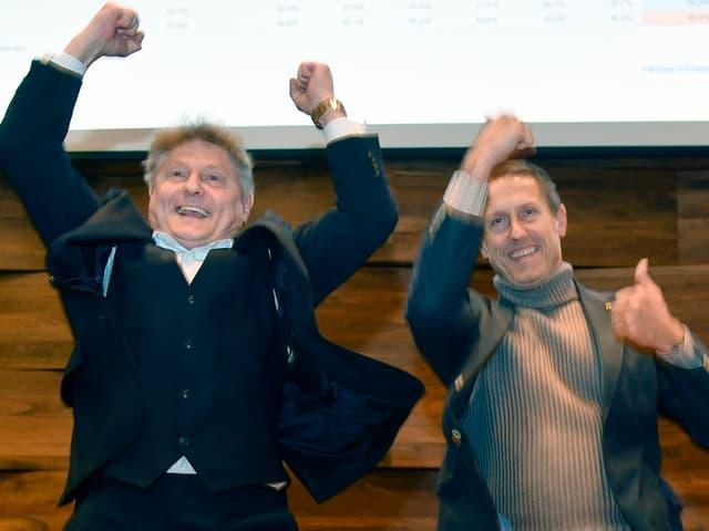 zwei männer springen in luft