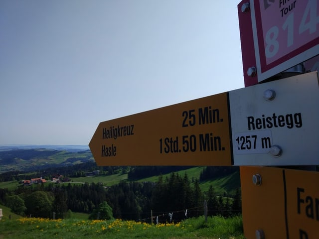 Der Wanderwegweiser nach Heiligkreuz.