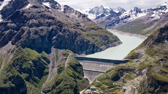 Panoramablick auf die Staumauer und den Stausee.