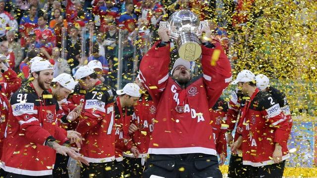 Canada retschaiva il buccal per il titel da campiun mundial da hockey 2015.