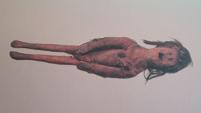 Eine von Hand geschnitzte, antike Holzpuppe