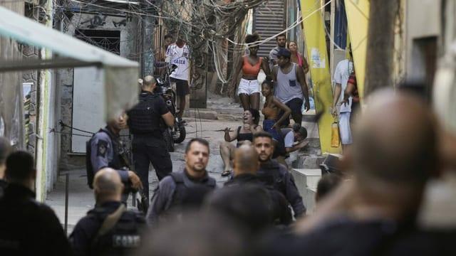 Polzei vor den Bewohner:innen der Favela in Rio.