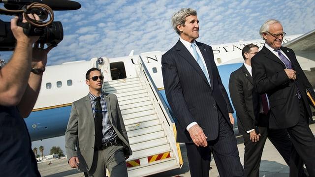 Kerry steigt aus Flugzeug.