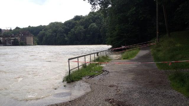 Teilweise überfluteter Gehweg bei Bern.