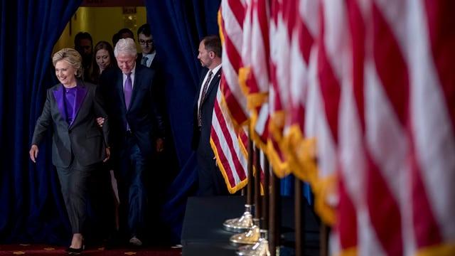 Hillary Clinton e ses um avant bleras bandieras.