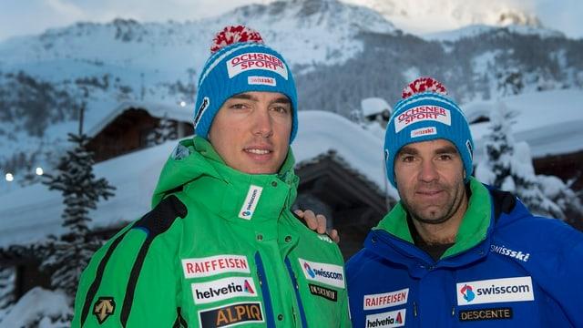 Carlo Janka und Didier Défago vor einem Bergpanorama.