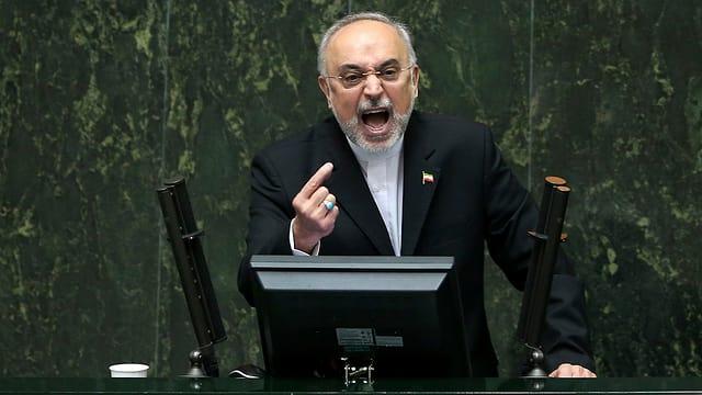 Ein Abgeordneter redet sich im iranischen Parlament in Rage.