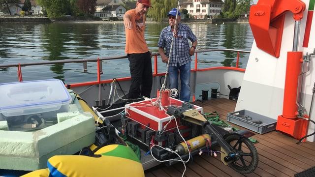 Forscher verschiffen das Gerät, mit welchem die Steinhügel unter Wasser untersucht wurden.