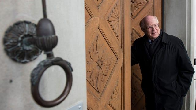 Ulrich Schlüer öffnet die Türe des Gerichts.