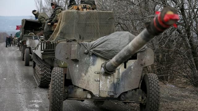 Eine Kolonne mit Panzern und Geschützen der ukrainischen Armee.