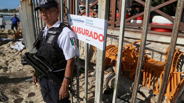 Polizist steht vor Club, in dem die Schiesserei stattfand