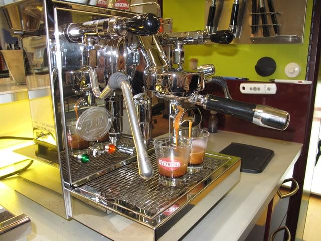 Eine Kaffeemaschine, die zwei Espressi macht.