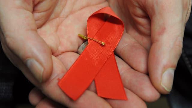 Ein rosa Schleif als Zeichen der Aidshilfe