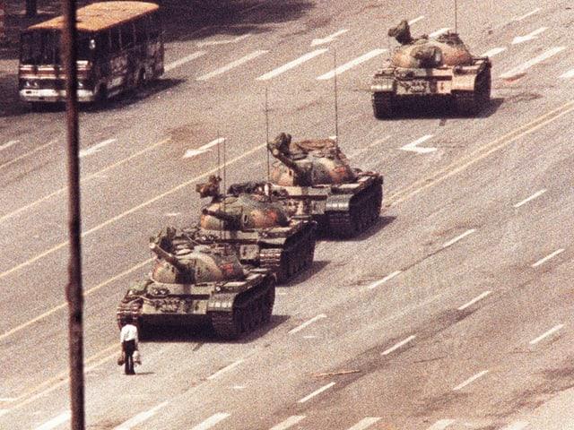 Mann versperrt Panzern den Weg.