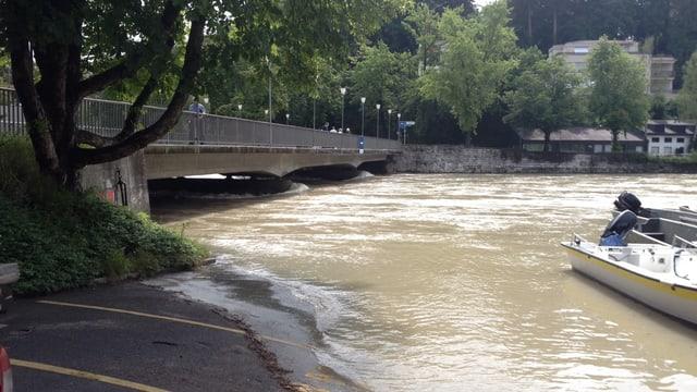 Eine Brücke über die Aare. Das Wasser reicht fast bis zur Unterkante der Brücke.